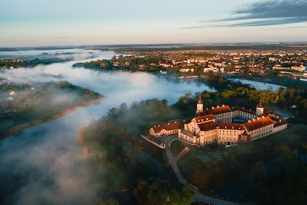 Nesvizh castle is een woonkasteel van de familie radziwill in nesvizh, wit-rusland, prachtig uitzicht in de zomer tegen de blauwe lucht.