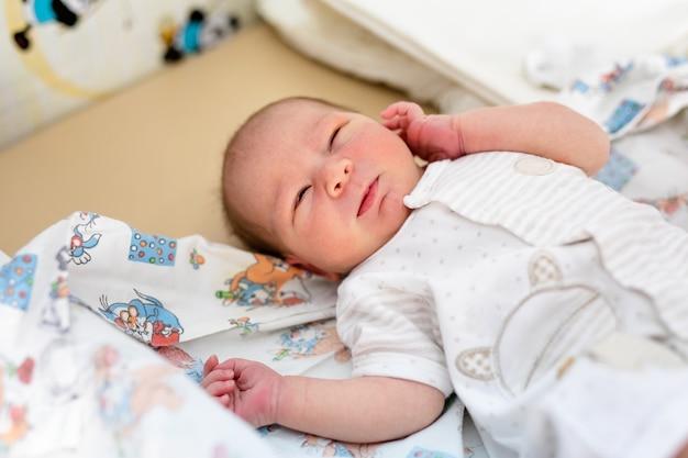 Net geboren baby. klein kind in de geneeskunde ziekenhuis. medische zorg.