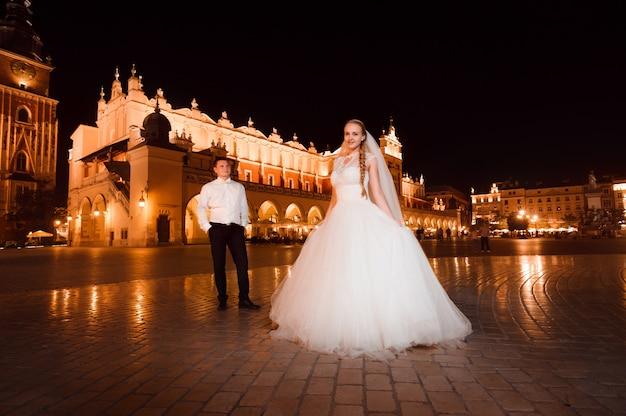 Net getrouwd paar nacht stadswandeling