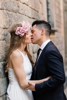 Net getrouwd stel dat op een prachtige trouwdag door de straten van barcelona loopt