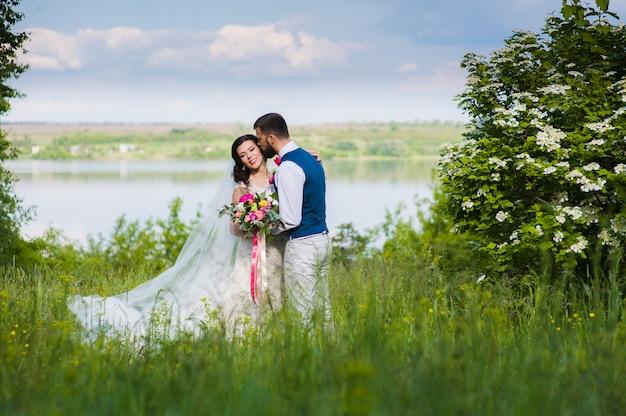 Net getrouwd stel in landschap met water