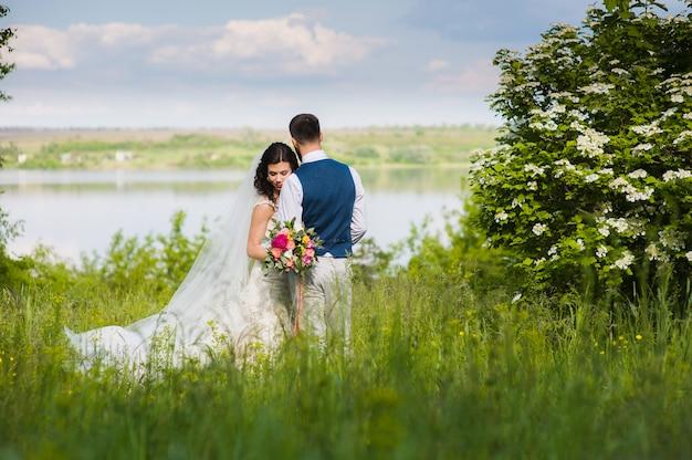 Net getrouwd stel in landschap