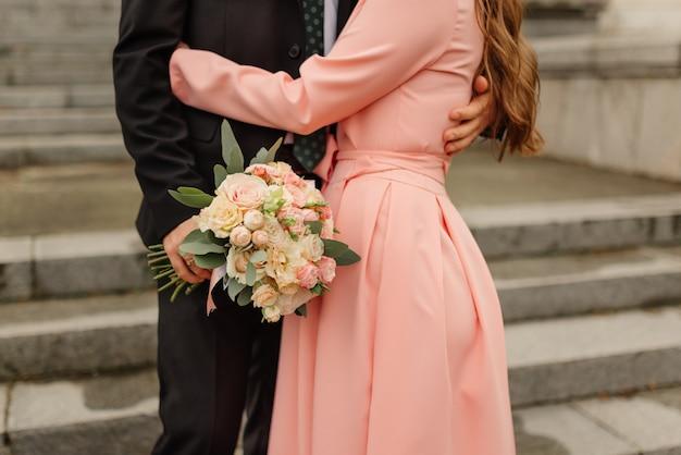 Net getrouwd stel loopt de kerk uit, close-up.