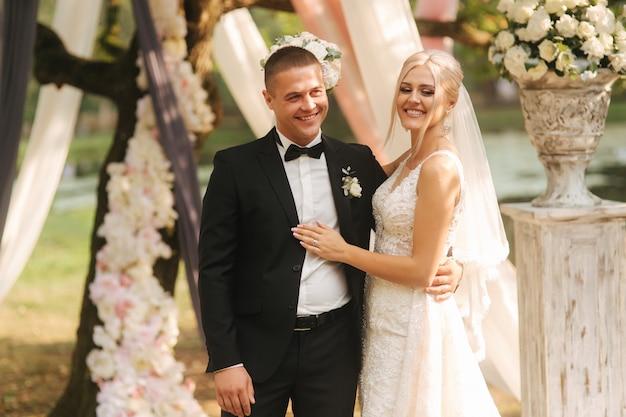 Net getrouwd stel viert het einde van de huwelijksceremonie