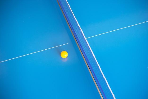 Net van tafeltennis pingpong met gele bal