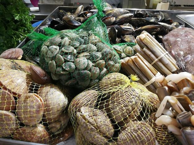 Net vol mosselen op de vismarkt.