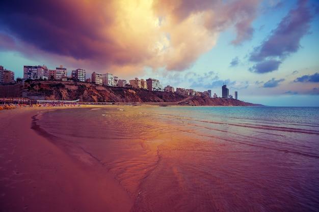 Netanya stad bij zonsondergang, zeekust. israël.