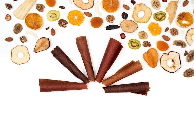Netjes gestapelde fruitpastille verschillende kleuren en noten