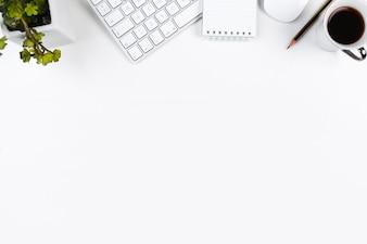 Nette desktop met kantoorapparatuur