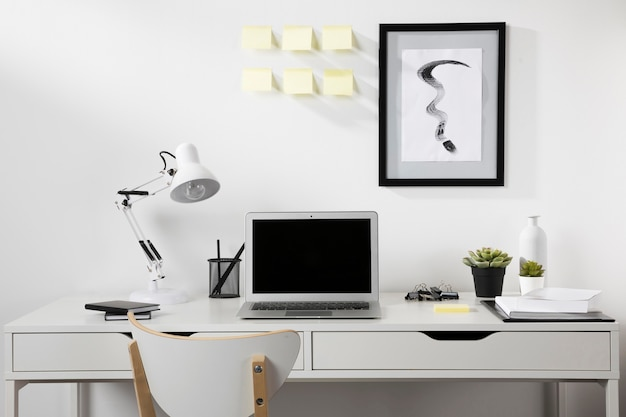 Nette en georganiseerde werkplek met laptop
