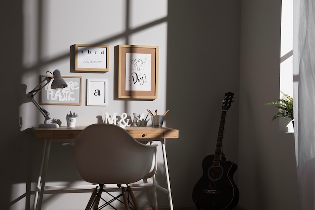 Nette en georganiseerde werkruimte met gitaar