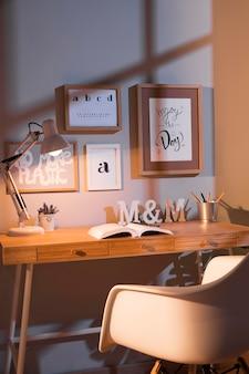 Nette en georganiseerde werkruimte met stoel en lamp
