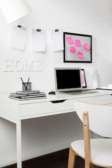 Nette en opgeruimde werkplek met laptop Gratis Foto