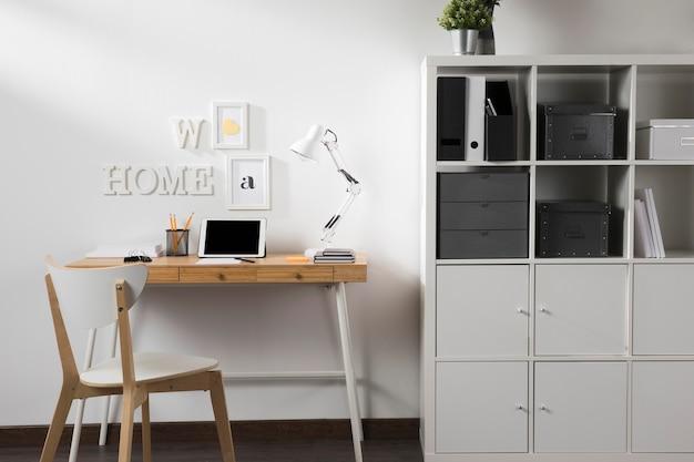 Nette en opgeruimde werkruimte met tablet op bureau Premium Foto