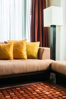Nette kamer met kussens en een lamp