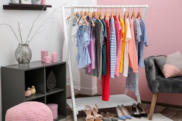 Nette kleedkamer interieur met kledingrek