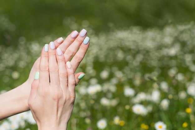 Nette manicure op korte nagels veld. zachte zomermanicure.