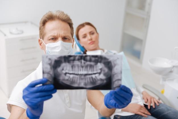 Nette, opmerkzame, uitstekende dokter die heel precies is bij het onderzoeken van de resultaten van röntgenfoto's en het uitzoeken van de oorzaak van het probleem