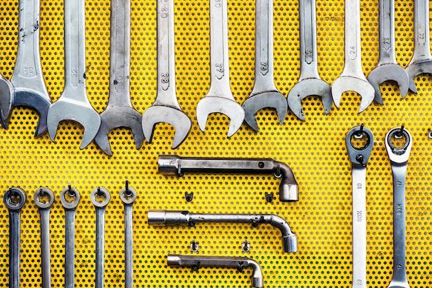Nette opstelling van hulpmiddelen op geel pegboard