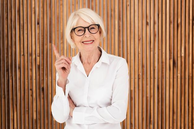 Nette oude vrouw met bril