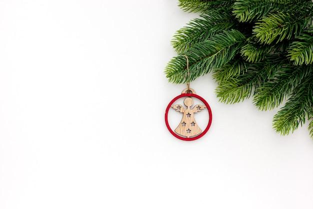 Nette tak, kegels en uitstekende speelgoeddecoratie op geïsoleerde kerstmis of nieuw jaar