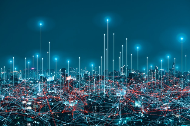 Netwerk digitaal hologram en internet van dingen op stadsachtergrond. 5g draadloze netwerksystemen.
