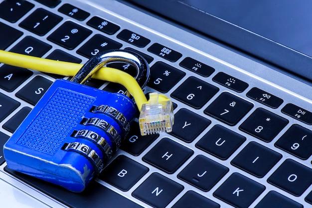 Netwerk lan-kabel met metalen sleutelcodeslot met het concept van gegevens- en netwerkbescherming