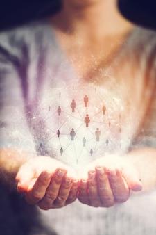 Netwerken symbool in een hologram in handen van de vrouw.