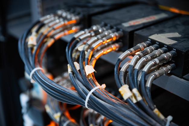 Netwerkkabels aangesloten in netwerkswitches