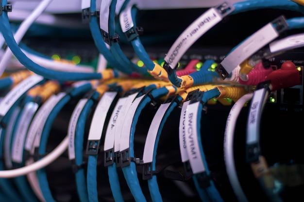 Netwerkkabels aangesloten om te schakelen