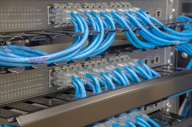 Netwerkswitch en ethernet-kabel maken verbinding met de computer