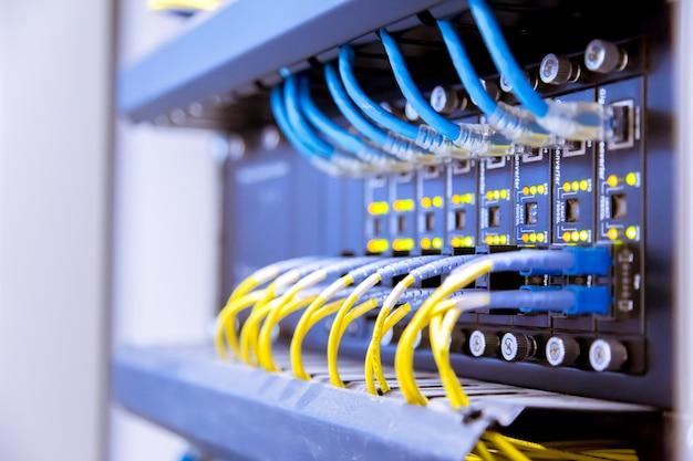 Netwerkswitch en ethernet-kabels, data center-concept.