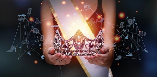 Netwerkverbindingspunt van de mooiste vrouw is geld, huis, auto en verbinding maken met veel deelnemers over de hele wereld. winnaar kroon van miss beauty queen pageant contest is in een palm