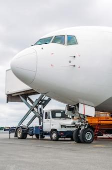 Neus van het vliegtuig en de cockpit van het pilootpassagiersvliegtuig in dienst voor vertrek.