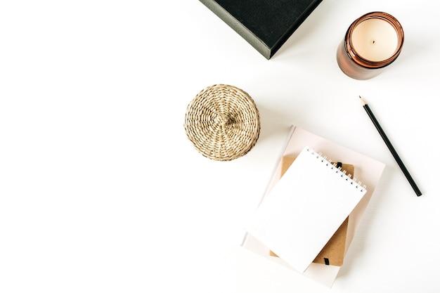 Neutrale minimale bureauwerkruimte met notitieboekje op wit