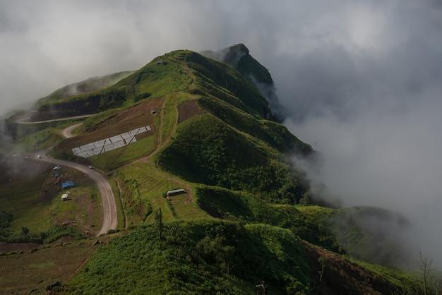 Nevelige wolken bedekken bergen in thailand.