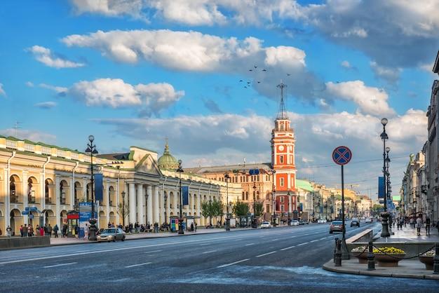 Nevsky prospekt en het rode gebouw van de stadsdoema in st. petersburg
