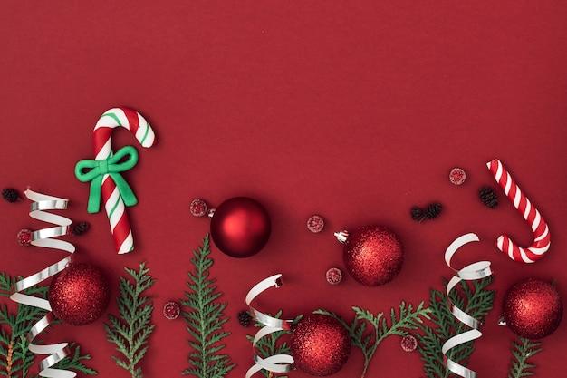 New year's, feestelijk decor op een rode achtergrond. ruimte kopiëren, plat leggen, mock-up, bovenaanzicht.