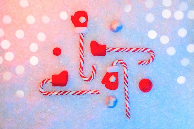 New year's flatlay in de sneeuw met rode snoepjes
