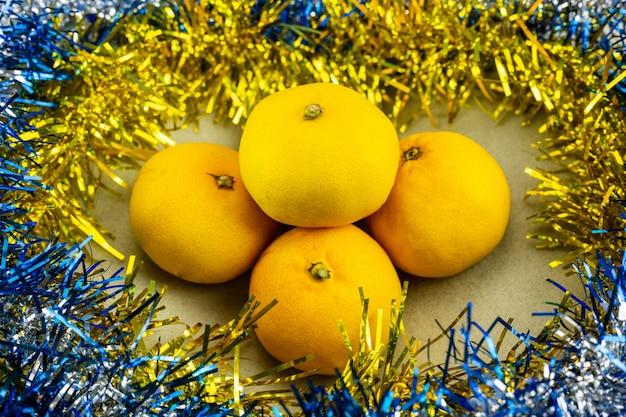 New year's mandarijnen versierd met klatergoud. kerst en nieuwjaar decoratie.