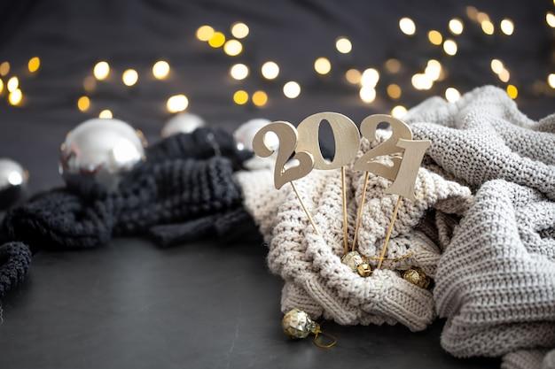 New year's samenstelling met houten nieuwjaarsnummer en feestelijke achtergrond.