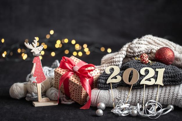 New year's samenstelling met houten nieuwjaarsnummer en kerstversiering op een donkere achtergrond.
