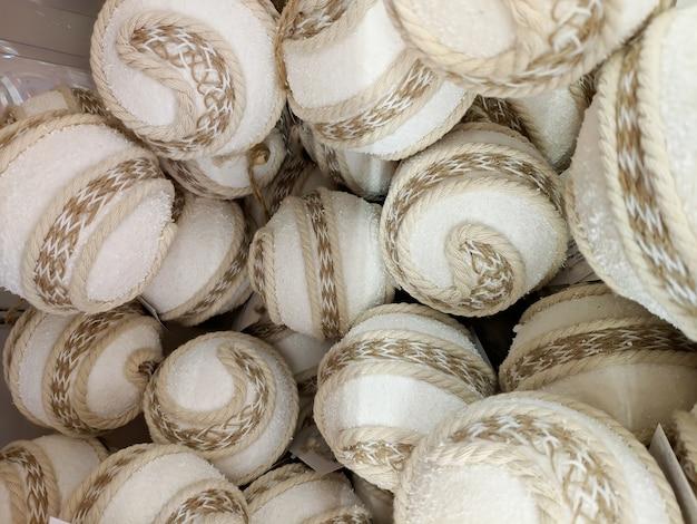 New year's speelgoed close-up. veel witte ballen. in stof gebonden. textuur