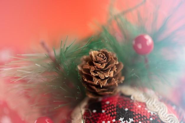 New year's speelgoed macro gemaakt van stof versierd met een kerstboom op een rode achtergrond. kerstmis.