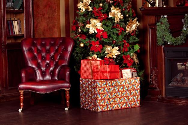 New year tree decoratie met cadeautjes, kerst achtergrond met klassiek interieur