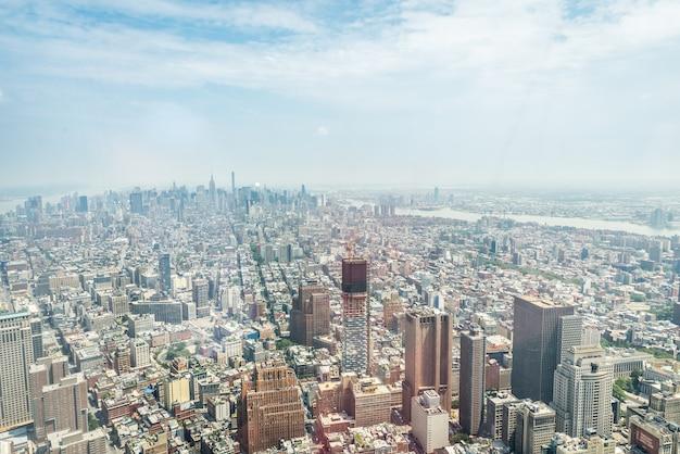 New york city - 10 juli: luchtfoto van manhattan op 10 juli 2015 in new york. manhattan is een belangrijk commercieel, economisch en cultureel centrum van de verenigde staten.