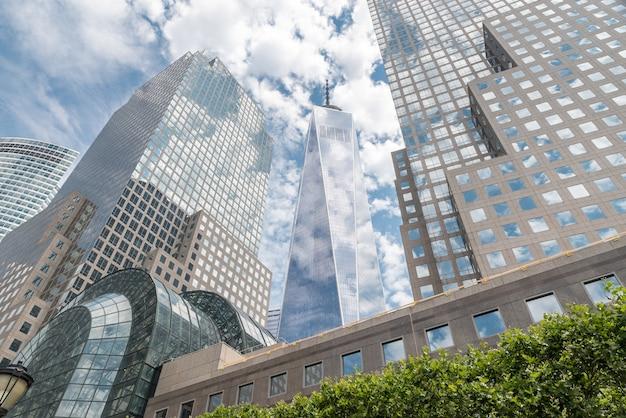 New york city - 13 juli: uitzicht op brookfield place op 13 juli 2015 in new york. brookfield place is een complex van kantoorgebouwen aan de overkant van west street vanaf het world trade center in manhattan. Premium Foto