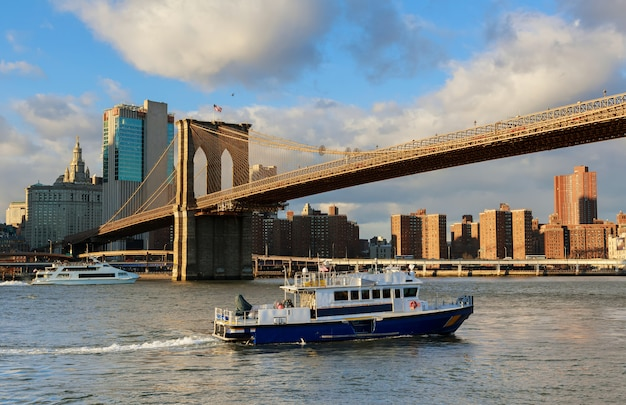 New york city, brooklyn bridge en de skyline van manhattan