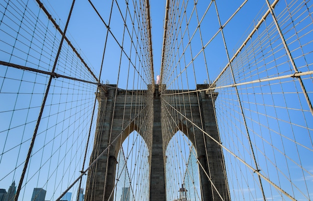 New york city brooklyn bridge in manhattan close-up met wolkenkrabbers