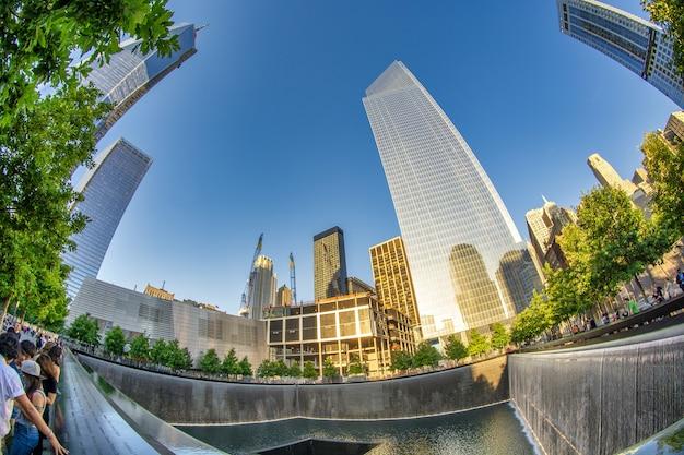 New york city - juni 2013: world trade center op een mooie zonnige dag. het vervangt de oorspronkelijke zeven gebouwen op dezelfde plek die werden verwoest tijdens de aanslagen van 11 september.